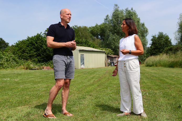 Ronald en Annemarie van Denderen op de plek waar hun zorginstelling Villa Denderhof moet komen. Er is plek voor twaalf alleenstaande hulpbehoevende ouderen.