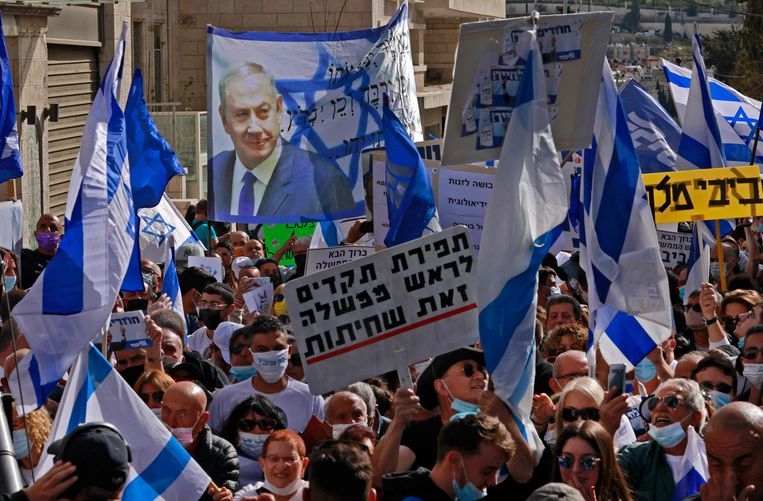 Supporters of Netanyahu at the Jerusalem court.  Image AFP