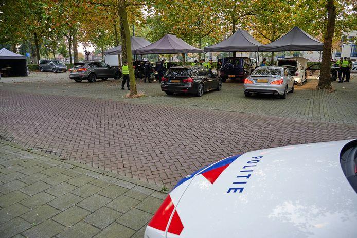 De politie, douane, Belastingdienst en sociale recherche van de gemeente Breda voeren donderdagavond van 19.00 tot 23.00 uur een grote verkeerscontrole uit voor het oude belastingkantoor aan de Gasthuisvelden.