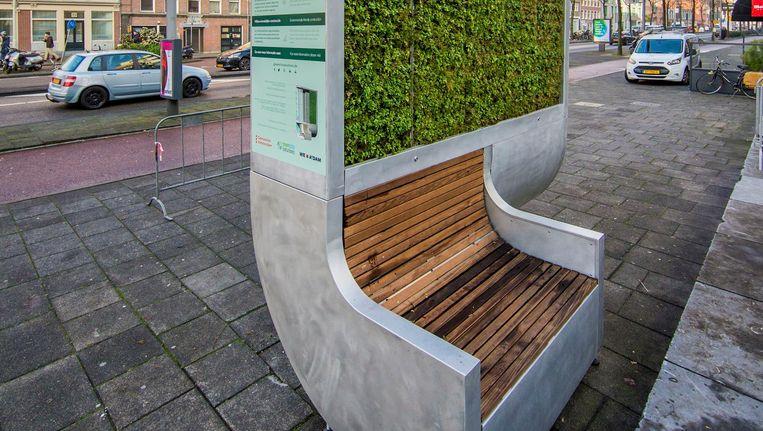 Het mospaneel annex zitbank langs de Valkenburgerstraat haalt net zoveel viezigheid uit de lucht als 275 bomen, aldus de bedenker Beeld Jean-Pierre Jans