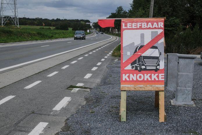 Een bord, met rode vlag, in de Avelgemstraat.
