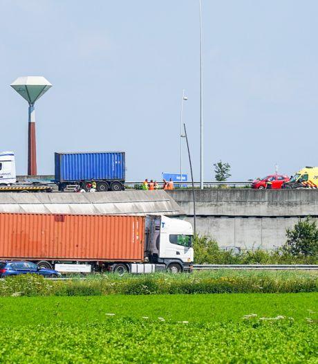 Auto belandt op de kop vlak langs rand viaduct bij knooppunt Batadorp