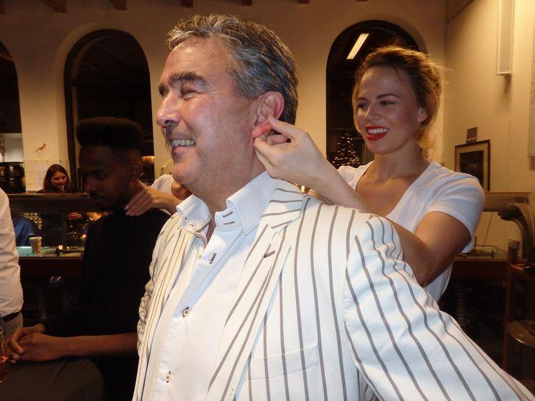 Martijn Koolhoven, ex-journalist, nu nieuwsmaker, krijgt een massage van Nina Molendijk (HNDZ). Wat is lekkerder, schouder of oren? 'Oren. Altijd de oren.' Beeld Schuim