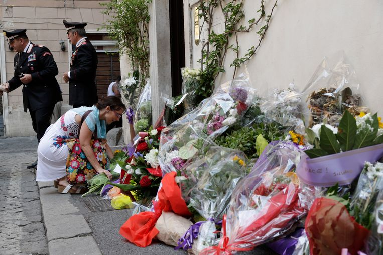 Een vrouw legt bloemen voor het politiekantoor waar Mario Cerciello Rega werkte.