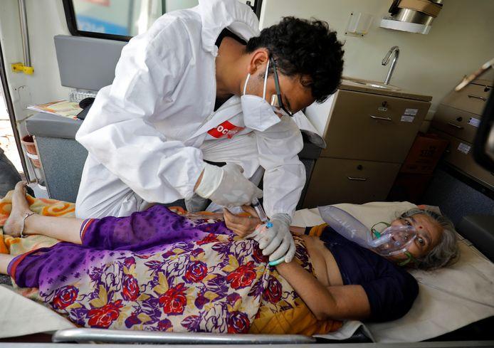 Een coronapatiënt in Ahmedabad ontvangt zuurstof.