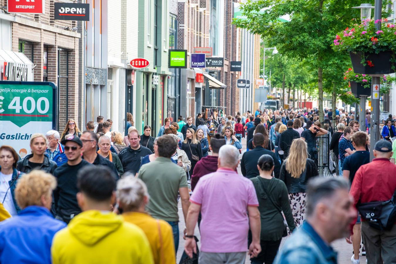 Drukte in de binnenstad van Apeldoorn.
