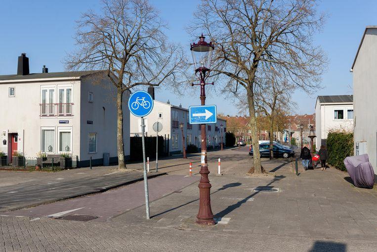 Op de kruising van de Ranonkelkade met de Geraniumweg werd zaterdagavond 17 april een vrouw meermaals opzettelijk overreden.  Beeld Nina Schollaardt