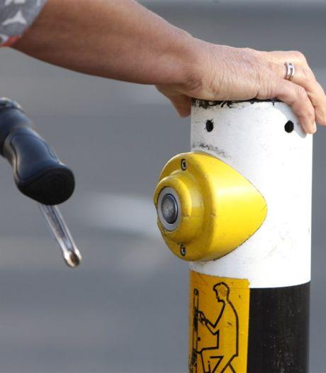 Antwerpen maakt drukknoppen aan verkeerslichten 'elleboogvriendelijk'