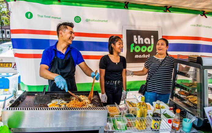 Than Somdee op de Oogstmarkt met zijn Thai Food Market. En de hele familie helpt mee.