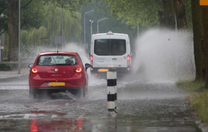 Wateroverlast in de Blaauwweg in Dordrecht