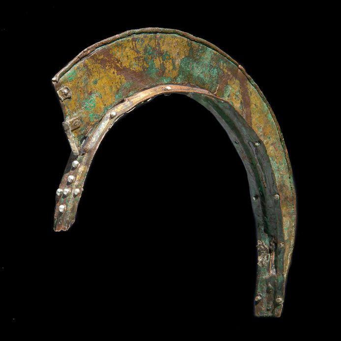 De kam die in het voorjaar van 2021 werd gevonden in Spijk. Amateurarcheoloog Wil Kuijpers vond de kam, Jasper van den Berg de kamhouder. Een restaurateur heeft beide delen aan elkaar gemaakt.