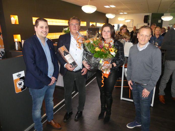 Denijs Van De Weghe en Kathleen Gevaert werden door de supporters va SK Deinze in de bloemetjes gezet tijdens de nieuwjaarsreceptie.