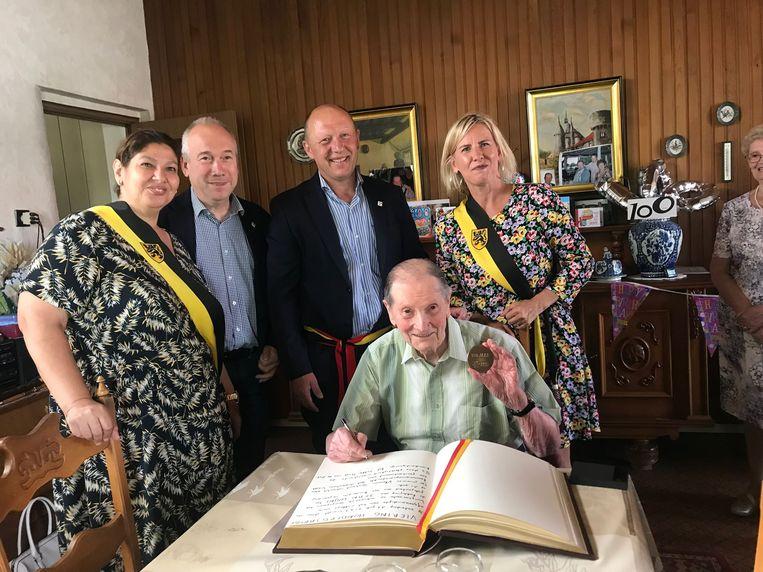Jean kreeg een medaille van de provincie en mocht ook het Gulden Boek van de stad ondertekenen.