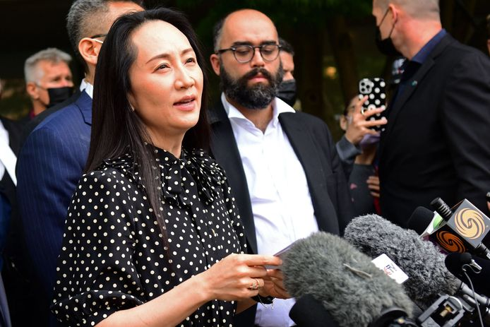 Huawei-topvrouw Meng Wanzhou staat de media te woord nadat een rechter in het Canadese Vancouver de zaak over haar uitlevering aan de VS vrijdag beëindigde.