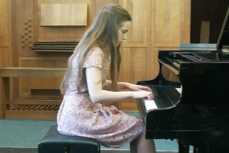 Regina Vanhecke aan de piano.