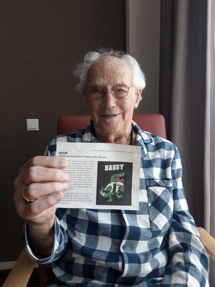 Bas van Vliet met een afbeelding van mascotte Bassy