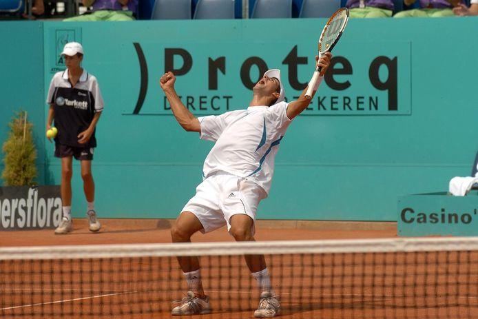Novak Djokovic schreeuwt het uit van blijdschap na zijn winst in de finale tegen Nicolas Massu.
