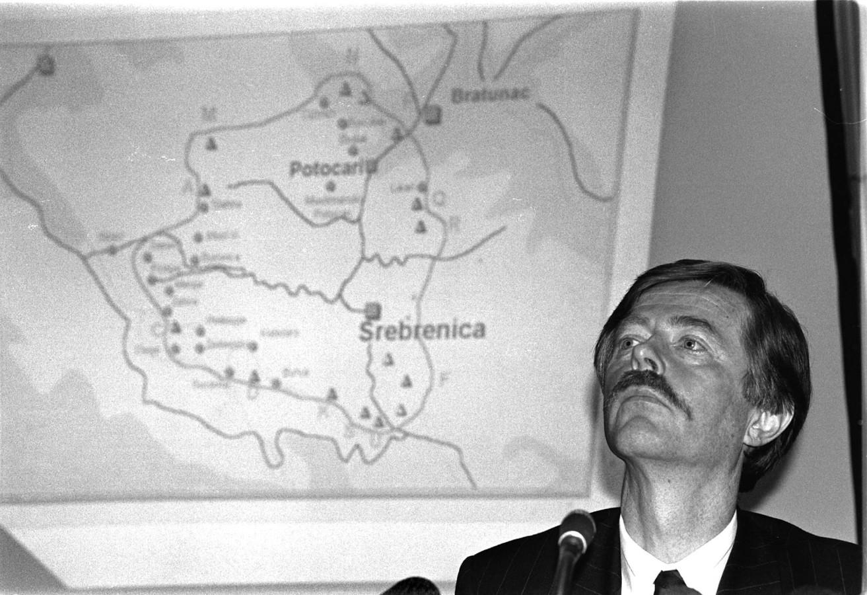 Minister Joris Voorhoeve van Defensie op een persconferentie over Srebrenica.