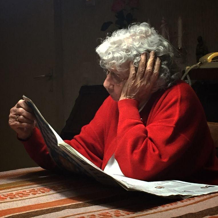 Aan tafel de krant lezen, een vast ritueel. Net als elkaar over vroeger vertellen. Nelly: 'Ik kreeg een onderwijsbaan op Curaçao aangeboden. Maar ik koos ervoor om in Nederland in het onderwijs te werken.'  Beeld Desiree van den Bogaard