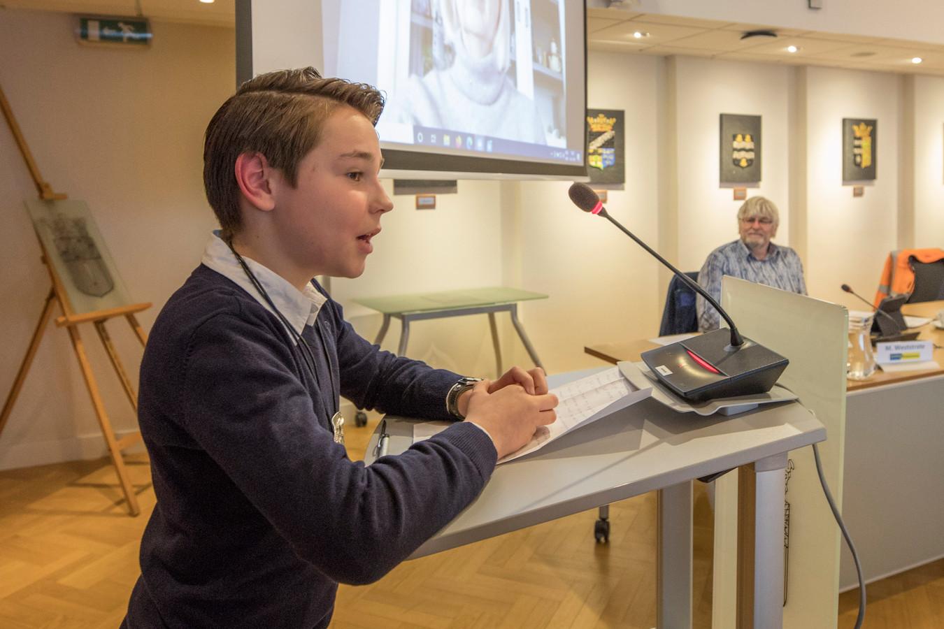 Boaz van Houte houdt onder toeziend oog van Marien Weststrate zijn eerste speech als kinderburgemeester van Reimerswaal.