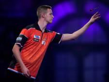 Darter Geert Nentjes uit Urk kijkt vol spanning naar Dirk van Duijvenbode: 'Sprong gat in de lucht'