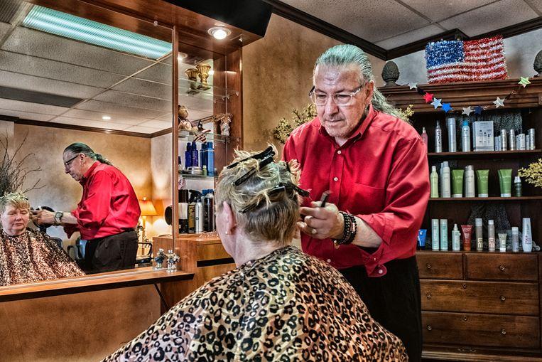 Francis Tucci, kapper met Italiaanse roots, aan de slag in zijn salon in Hazleton: 'Wij zijn de goede migranten. De Dominicanen zijn de slechten.' Beeld Tim Dirven