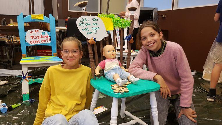 Auren en Lotte uit Olen bij hun 'toekomststoel'.