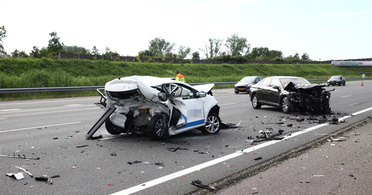 Persoon bekneld bij ernstig ongeval op A2 bij Beesd, forse vertraging voor verkeer.