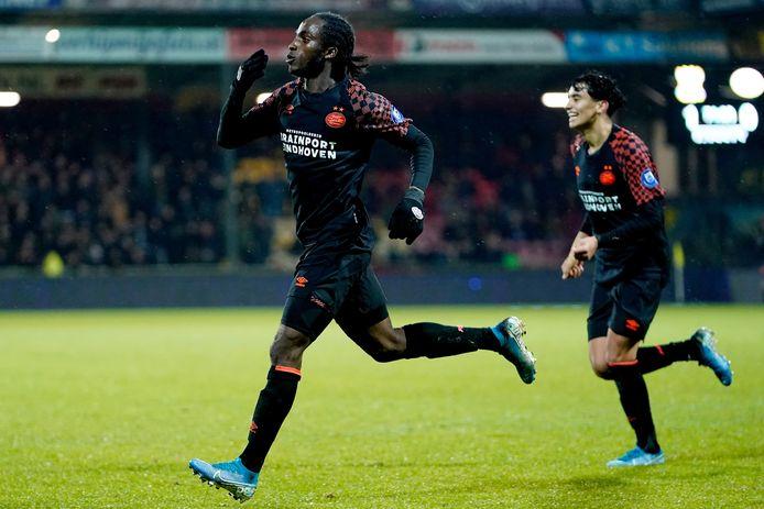 Sekou Sidibe scoort en is blij met zijn goal.