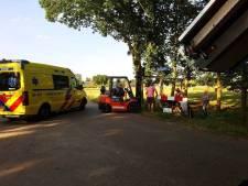 Jongen in rolstoel dankzij heftruck uit sloot gehaald in Langeveen