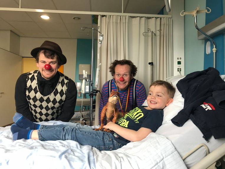 Lias (5), de zoon van Leen Frederix, in het ziekenhuis.  Beeld rv