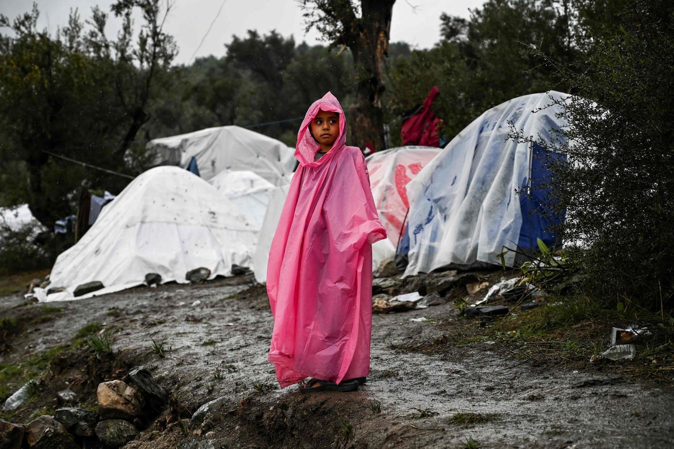 Een jong meisje in het vluchtelingenkamp Moria op Lesbos.