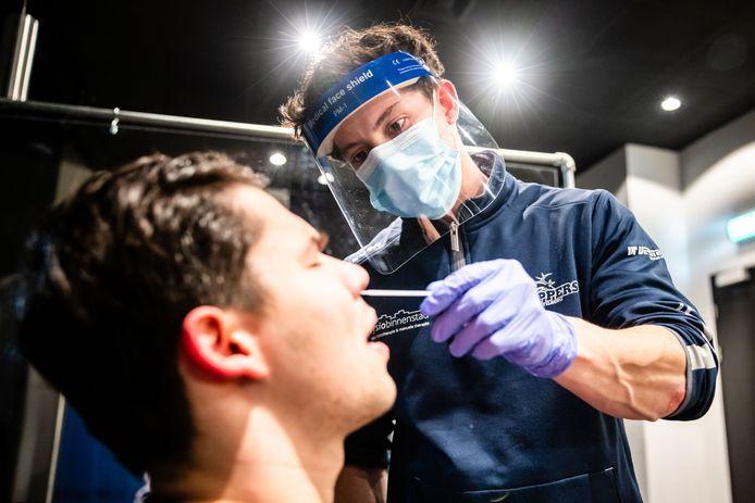 Fysiotherapeut Ward van den Bulck neemt een sneltest af bij Nino Hessels voorafgaand aan de training van Trappers.