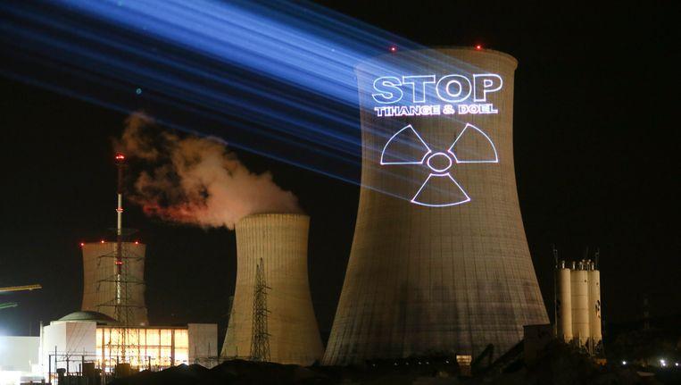 Een Duitse milieuorganisatie projecteerde eind september met lasers een boodschap tegen kernenergie in Tihange en Doel op een van de koeltorens van Tihange (Hoei). Beeld EPA