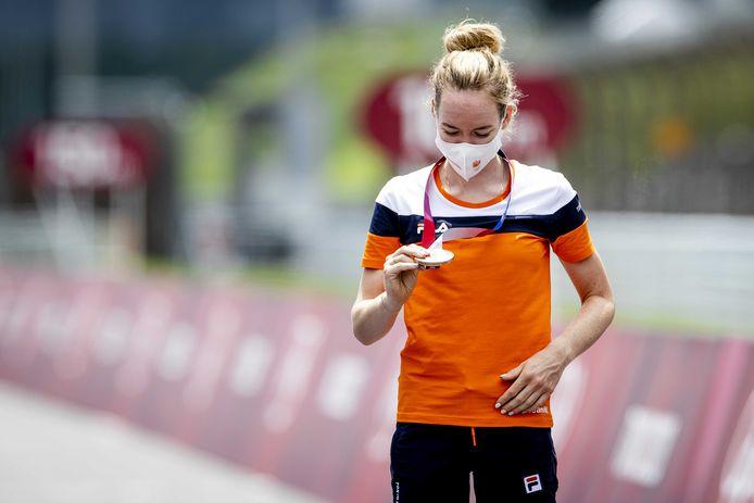 Anna van der Breggen kijkt nog eens goed naar de kleur van haar medaille. Het is geen goud waar ze eigenlijk voor naar Tokio kwam, maar brons. 'En als ik daar naar kijk, ben ik toch ook blij.'