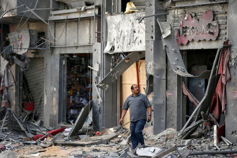 Een Palestijnse man tussen de brokstukken in Gaza na een Israëlische luchtaanval. Beeld REUTERS