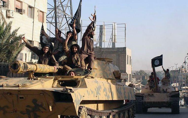 IS-strijders in de straten van Raqqa. Beeld AP