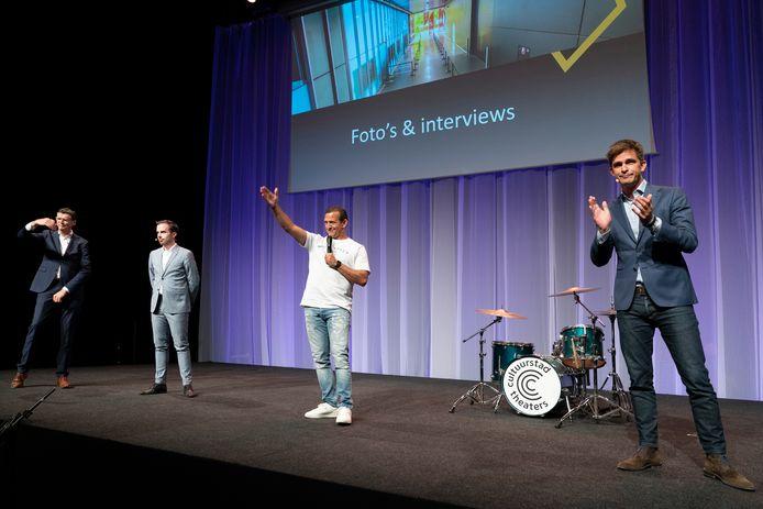 Najib Amhali, Libéma-directeur Jeroen Dona (rechts), theaterdirecteur Alex Kühne (links) en wethouder Mike van der Geld bij de presentatie voor de plannen van voorstellingen voor duizend bezoekers in Mainstage Den Bosch.