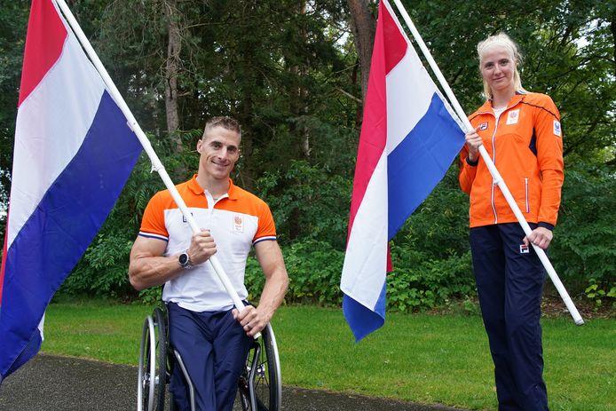 Jetze Plat en Fleur de Jong dragen vandaag op de openingsceremonie van de Paralympische Spelen de Nederlandse vlag.