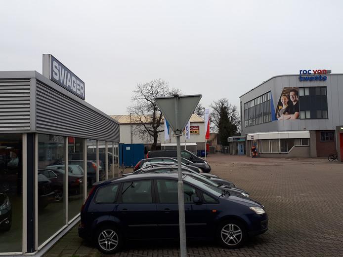 Op de plek van autobedrijf Swagers (links) komt het Huis van de Techniek. Op de achtergrond het bestaande gebouw waar nu nog Remo, Zorg- en Bouwgilden en het Hoornbeeckcollege de ruimten delen.