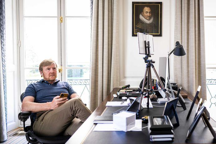 Koning Willem-Alexander aan het werk, tijdens de coronacrisis, vanuit zijn kantoor op paleis Huis ten Bosch.