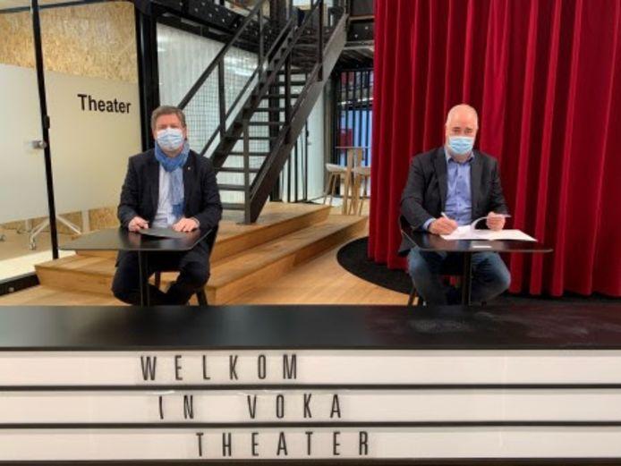 Tom Vanham (CEO LRM) en Johann Leten (gedelegeerd bestuurder Voka - KvK Limburg) tekenen de samenwerkingsovereenkomst.