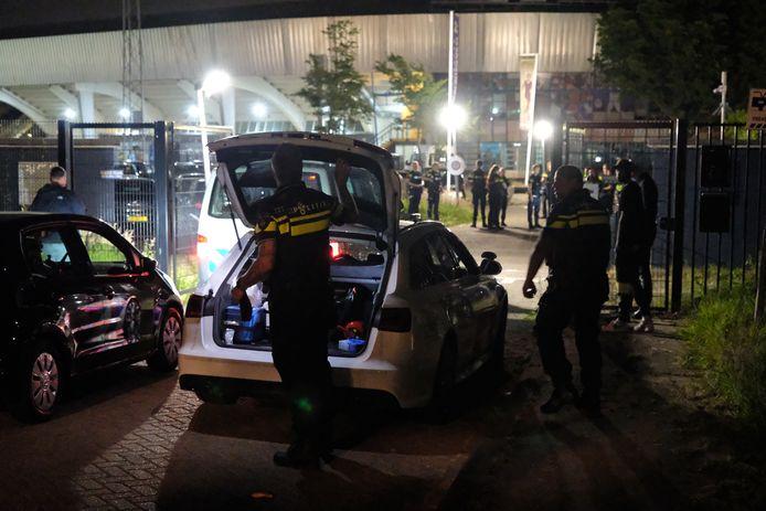 Op de Abraham van Stolkweg zijn zaterdagavond twee gewonden gevallen bij een schietpartij.