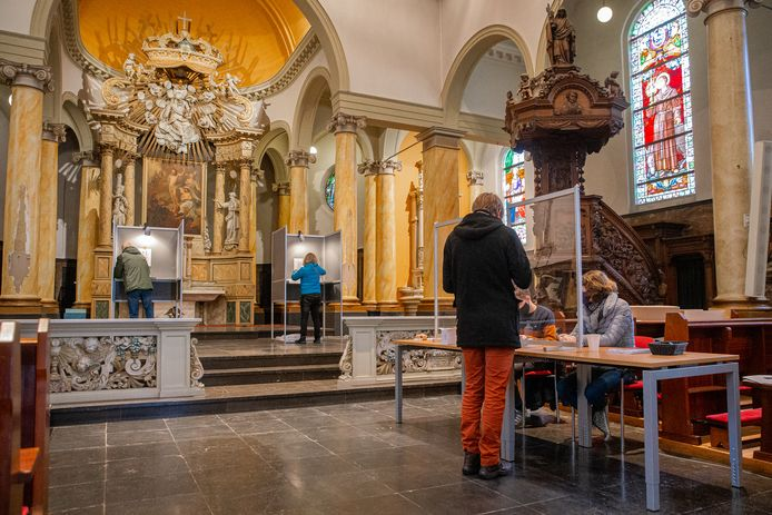 Stemmen voor de Tweede Kamerverkiezingen in de Grote Bartholomeus kerk in Beek in Gelderland.