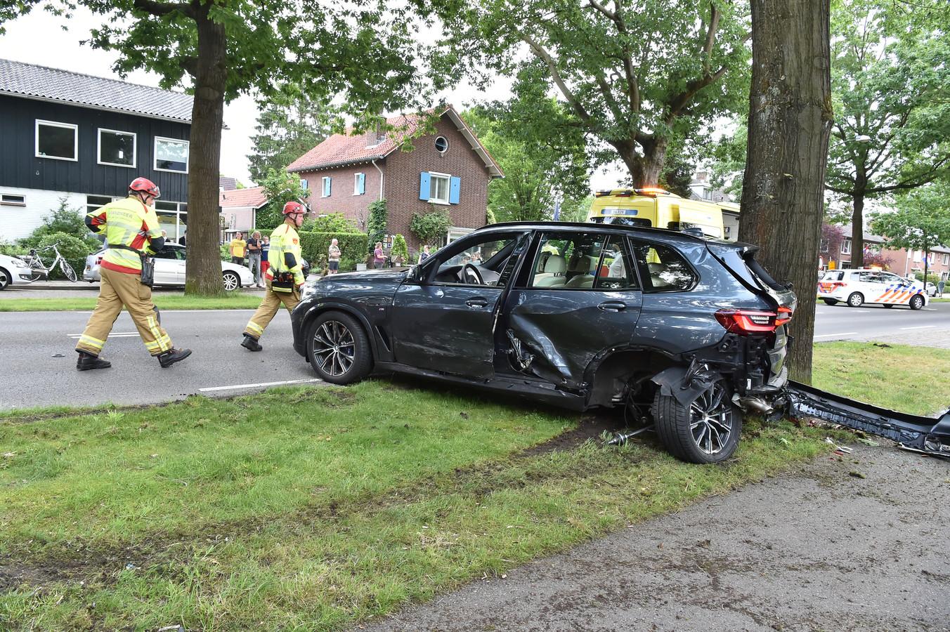 Een van de twee auto's die betrokken zijn bij het ongeval op de Arnhemseweg in Apeldoorn.