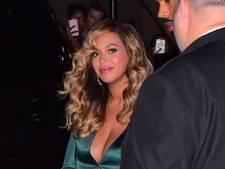Beyoncé gespot in sexy zijden creatie met torenhoge split