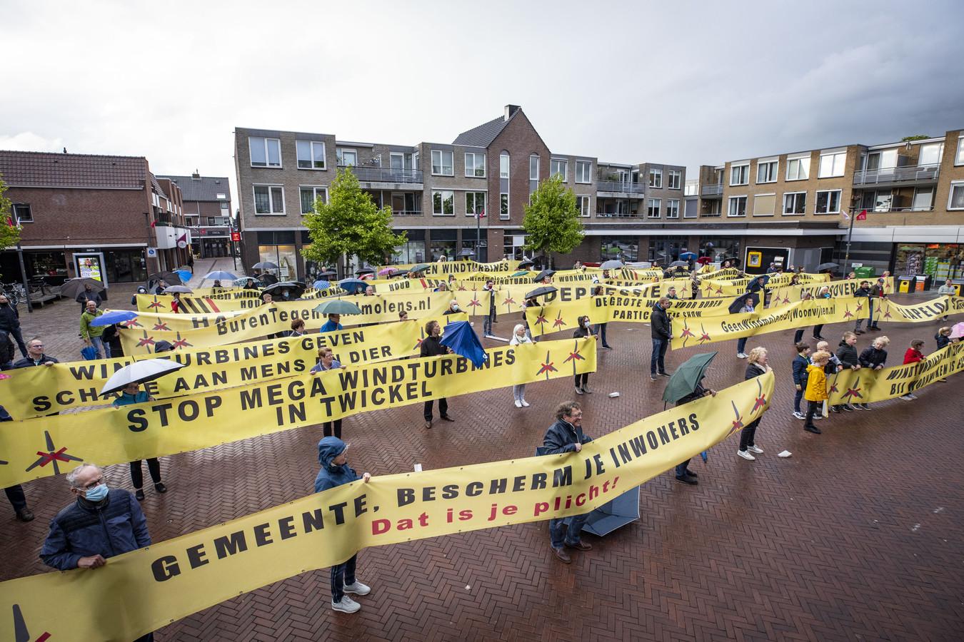 Al voordat Hengelo Borne aandeed met de Karavaan van de Nieuwe Energie was er op het Rheineplein al een grote demonstratie tegen het idee om windmolens bij woonwijken te plaatsen.