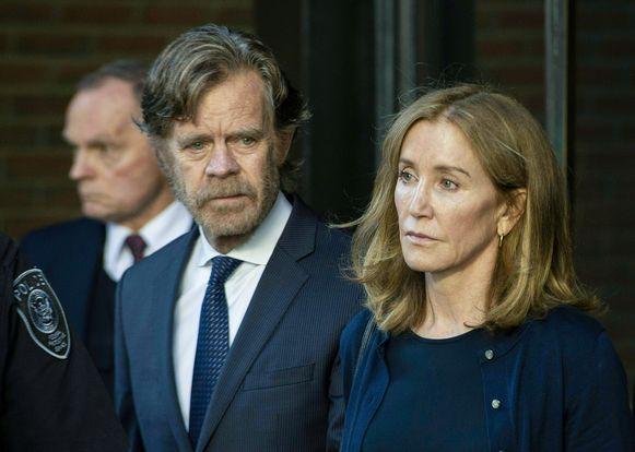 Acteurskoppel Felicity Huffman ('Desperate Housewives') en  William H. Macy ('Fargo') verlaten aangeslagen de rechtbank.