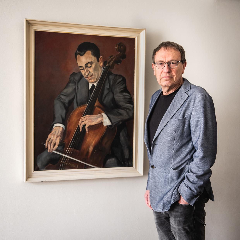 Paul Brill bij een portret van zijn vader Samuel Brill (1903-1985), solocellist van het Concertgebouworkest.    Beeld Simon Lenskens