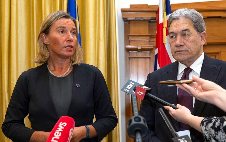 Federica Mogherini, links, de buitenlandchef van de EU, zegt op bezoek in Nieuw Zeeland dat de EU bedrijven blijft aansporen zaken met Iran te doen, omdat dat land zich houdt aan de afspraken. Naast haar de Nieuw-Zeelandse minister van Buitenlandse Zaken, Winston Peters. Beeld AP